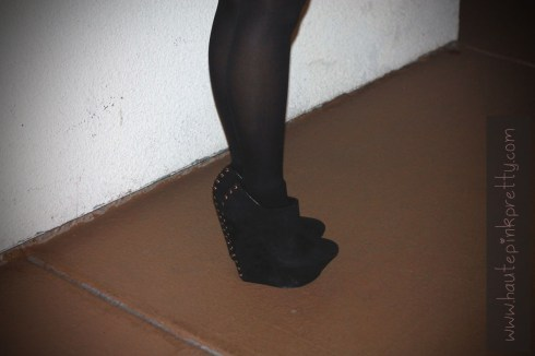 An Dyer in Shoemint Pauline Black Suede with black tights