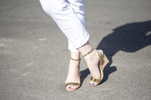 An Dyer wearing NYDJ White Jeans and ShoeDazzle Sherrylin Gold Wedge Sandals