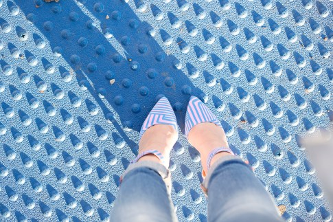 An Dyer wearing ShoeDazzle Cindy Pink Blue Pumps and Rich & Skinny Ankle Peg Jeans