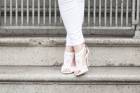 An Dyer wearing True Religion Brooklyn Flap Pocket White Skinny Jeans, ShoeDazzle McKinley