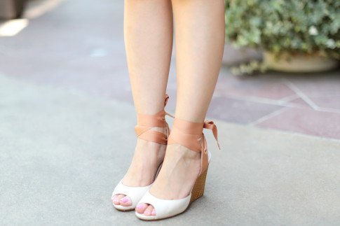 Blogger wearing Tsubo Novelle in Nude, comfortable wedges