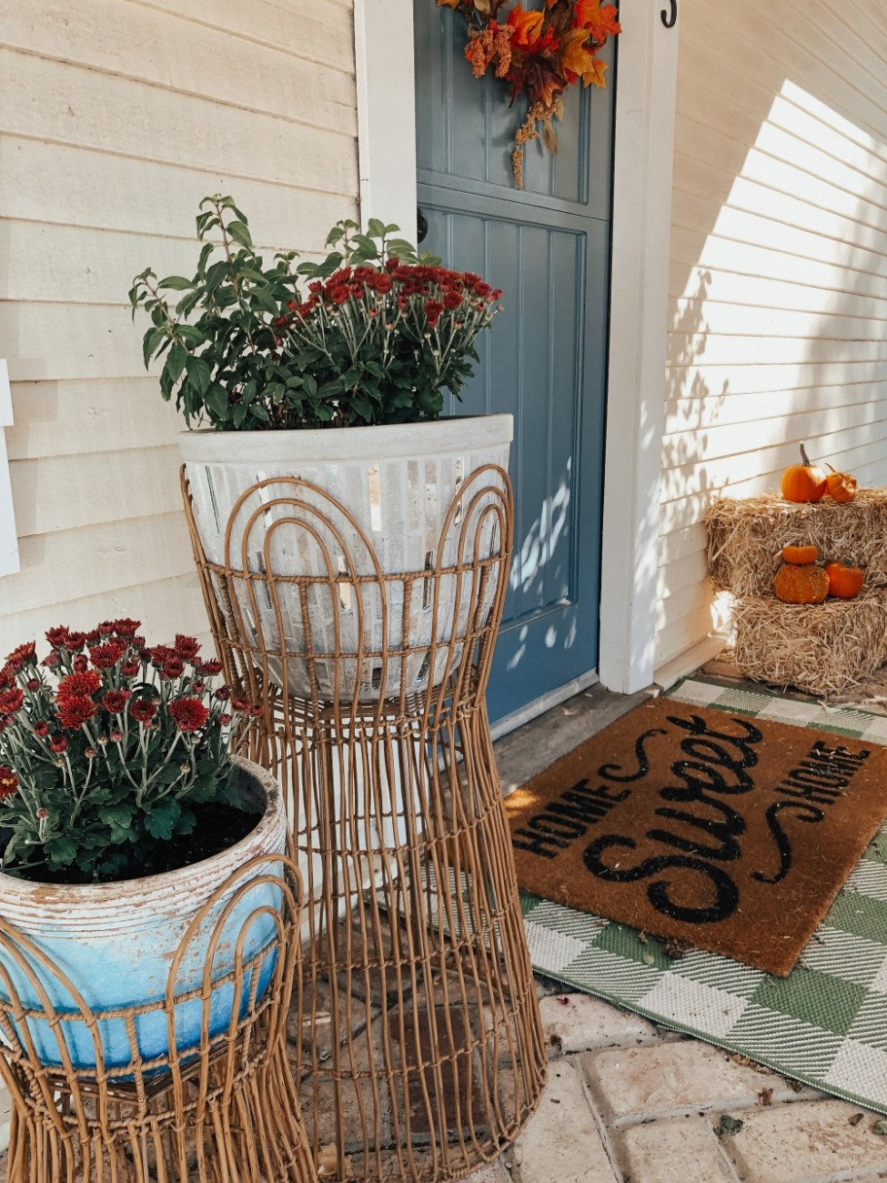 How to Create the Perfect Fall Porch. Sharing the 6 elements every fall porch needs on the blog. Click on over to read the post! #fallporch #fallporchdecor #porchdecor