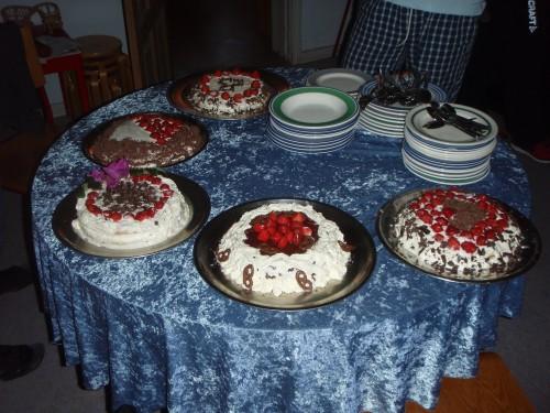 Kakene fra kakebakerkonkurransen. Kaka foran i midten, med jordbær, er min gruppes kake.