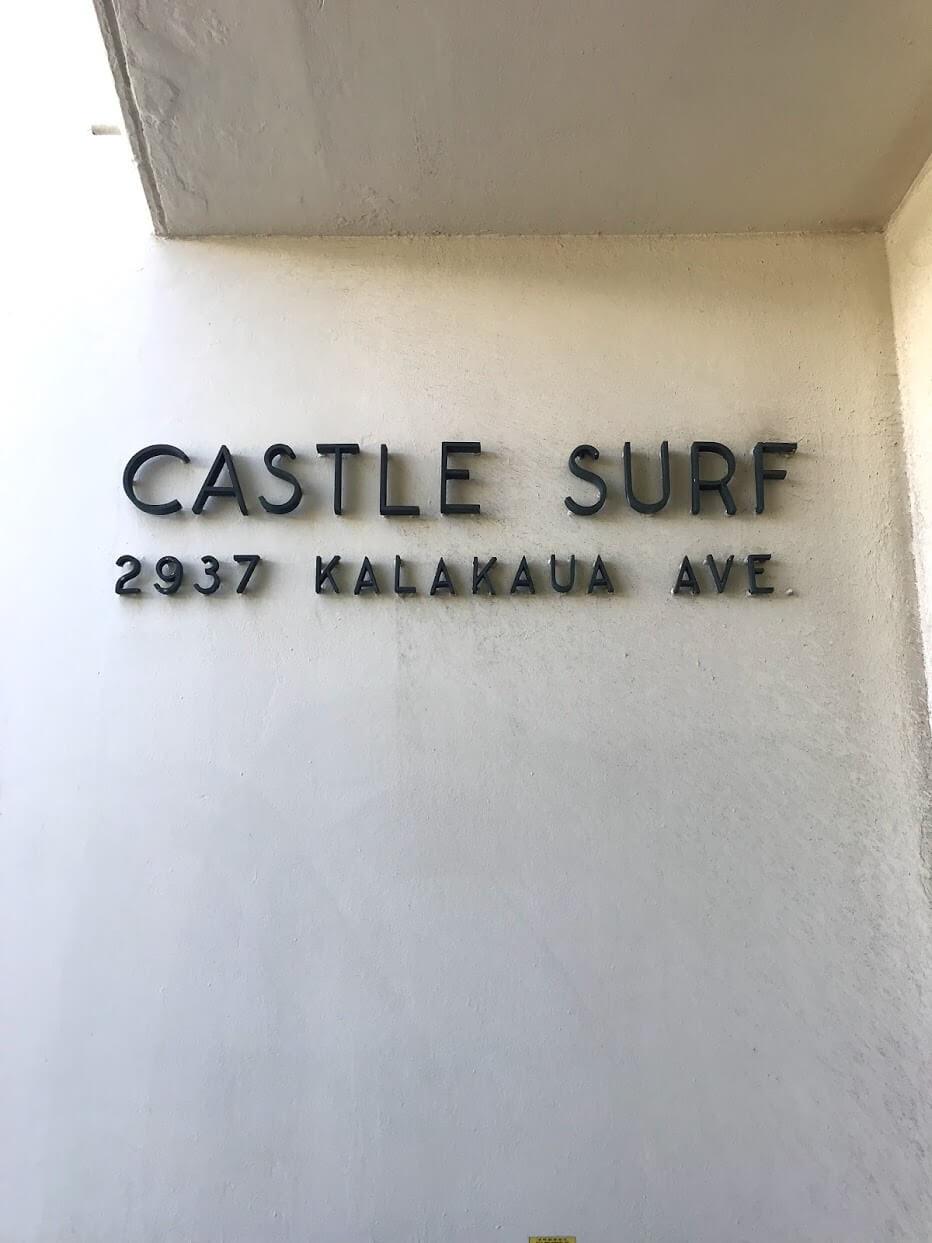 Castle Surf Apartmentsの看板