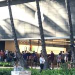 ハワイのアップルストアでも「iphoneX」発売中。行列できています。