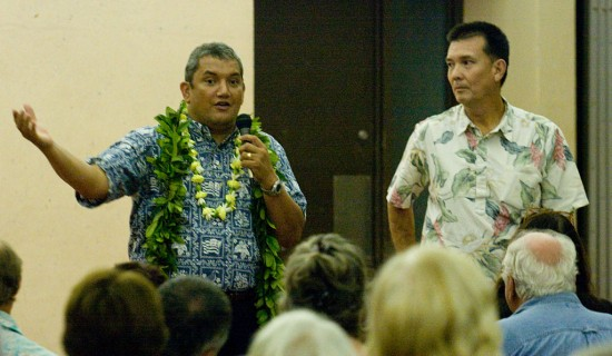 Mayor Billy Kenoi and Executive Assistant Bobby Command talk about the possible use of Holualoa Public Library by the county.