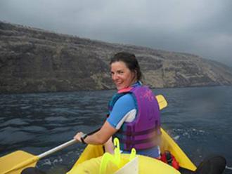 Courtney Couch kayaking across Kealakekua Bay to the study site. (Photo courtesy of Petch Manopawitr)