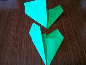 上段:左側を右の折り目に合わせて折り 下段:更に半分に折ります。