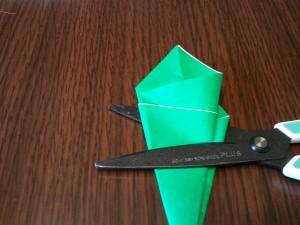 更に折って重ねたら、上から1/3の部分をハサミで切ります。