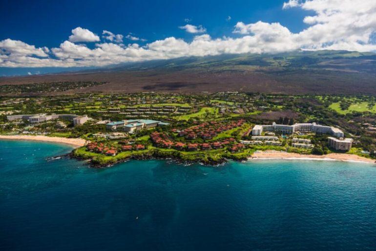 A Complete Travel Guide to Maui with Kids featured by top Hawaii travel blog, Hawaii Travel with Kids: Photo of Wailea, Maui, families will find luxury kid-friendly resorts on Maui #maui #wailea #familytravel #luxurytravel #travelwithkids