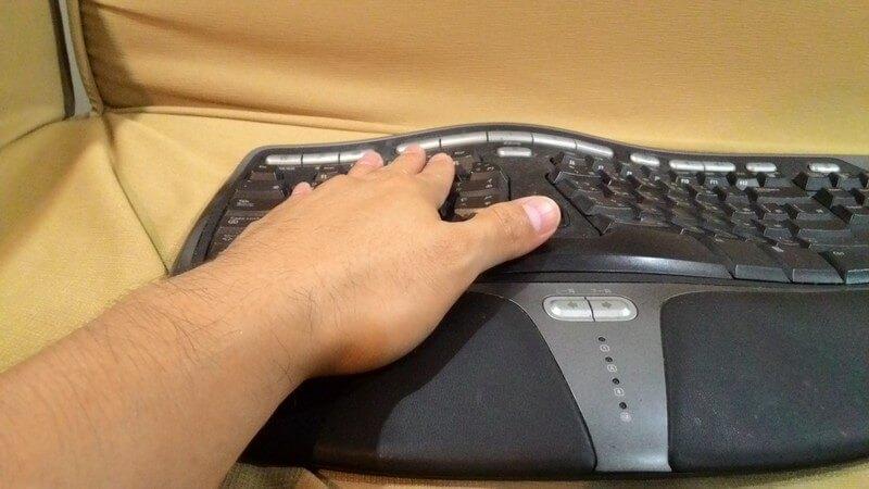 手放置於 MS 4000 鍵盤