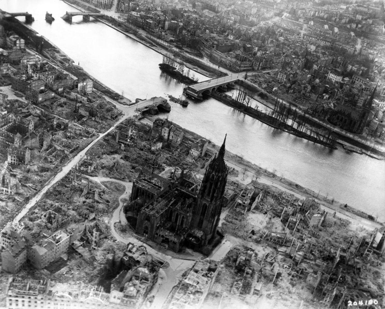 1490px-Frankfurt_Am_Main-Altstadt-Zerstoerung-Luftbild_1944