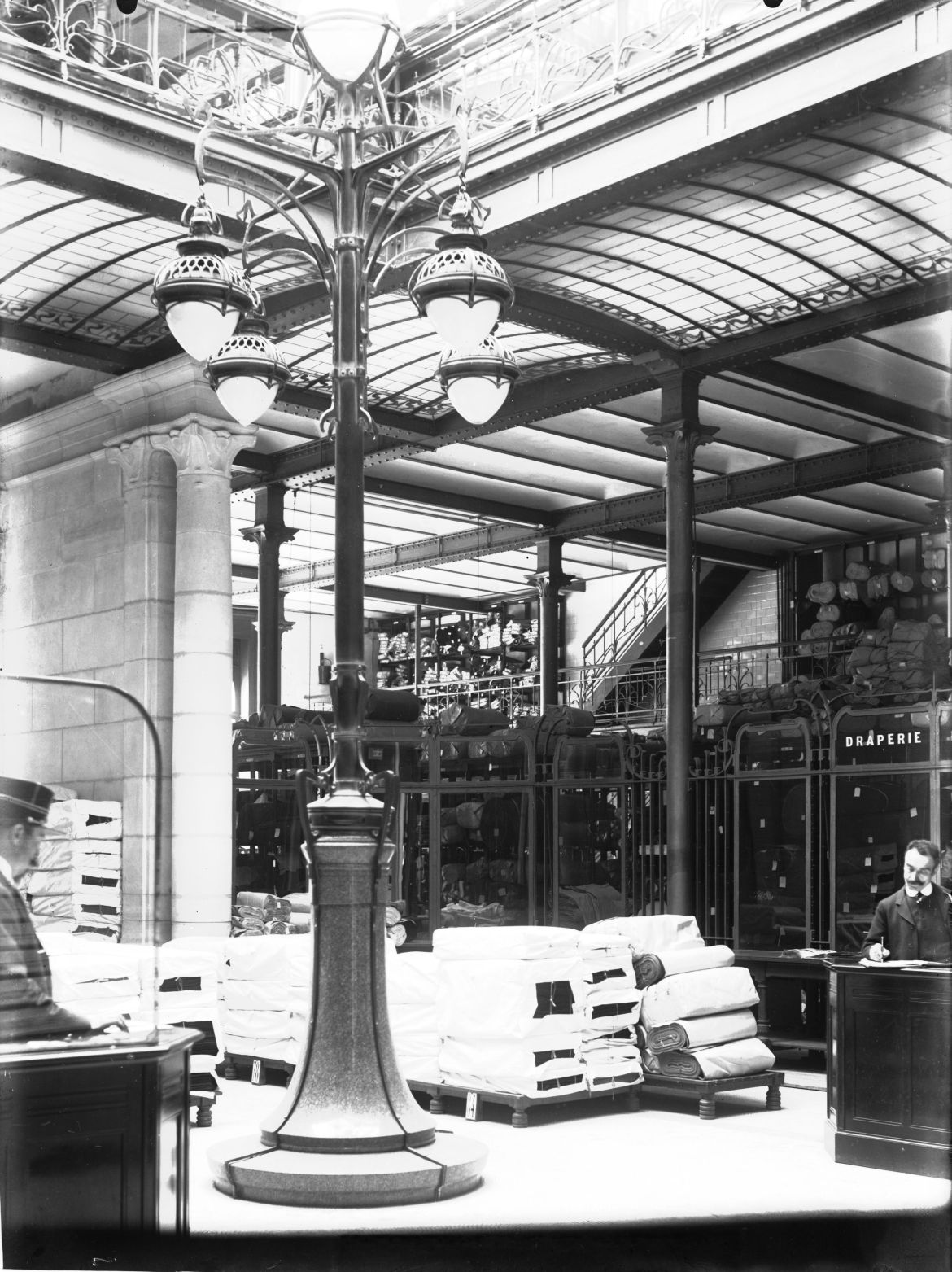 Hall_of_the_Magasins_Waucquez_(20,_rue_des_Sables,_1000,_Brussels)