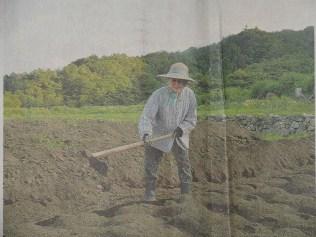 Monma Nobuko beim Bestellen des Feldes