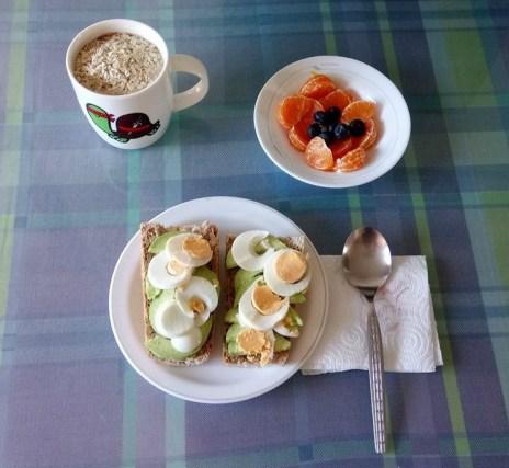 tostadas aguacate huevo mandarina arandanos leche cacao avena