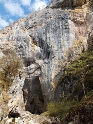 A Víznyelő kékség sziklafala