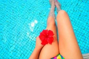 プールに入る女性の足