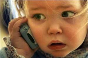 niña con movil psicología comportamiento infantil juvenil