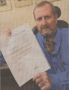 Reg Hansell with his letter of apology from Kent and Canterbury Hospital following a heating failure on the ward which he was staying