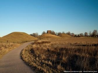 Vista desde el sur de los tres montículos que sirven como tumbas de los reyes vikingos.