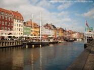 Nyhavn, el puerto que mandó construir Cristian V en 1600 empleando a los prisioneros de guerra suecos de la guerra sueco-danesa de finales del siglo XVI. Al principio fue el principal puerto de Copenhague y era famoso por la cerveza, los marineros y la prostitución. Toda una estampa. Cuando lo visité no podía faltar un acordeón, sonando entre el bullicio.