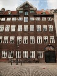 Edificio en Nyhavn. Las lineas rectas sólo pueden ser propias del país que inventó el Lego. Les gustan los ladrillos.