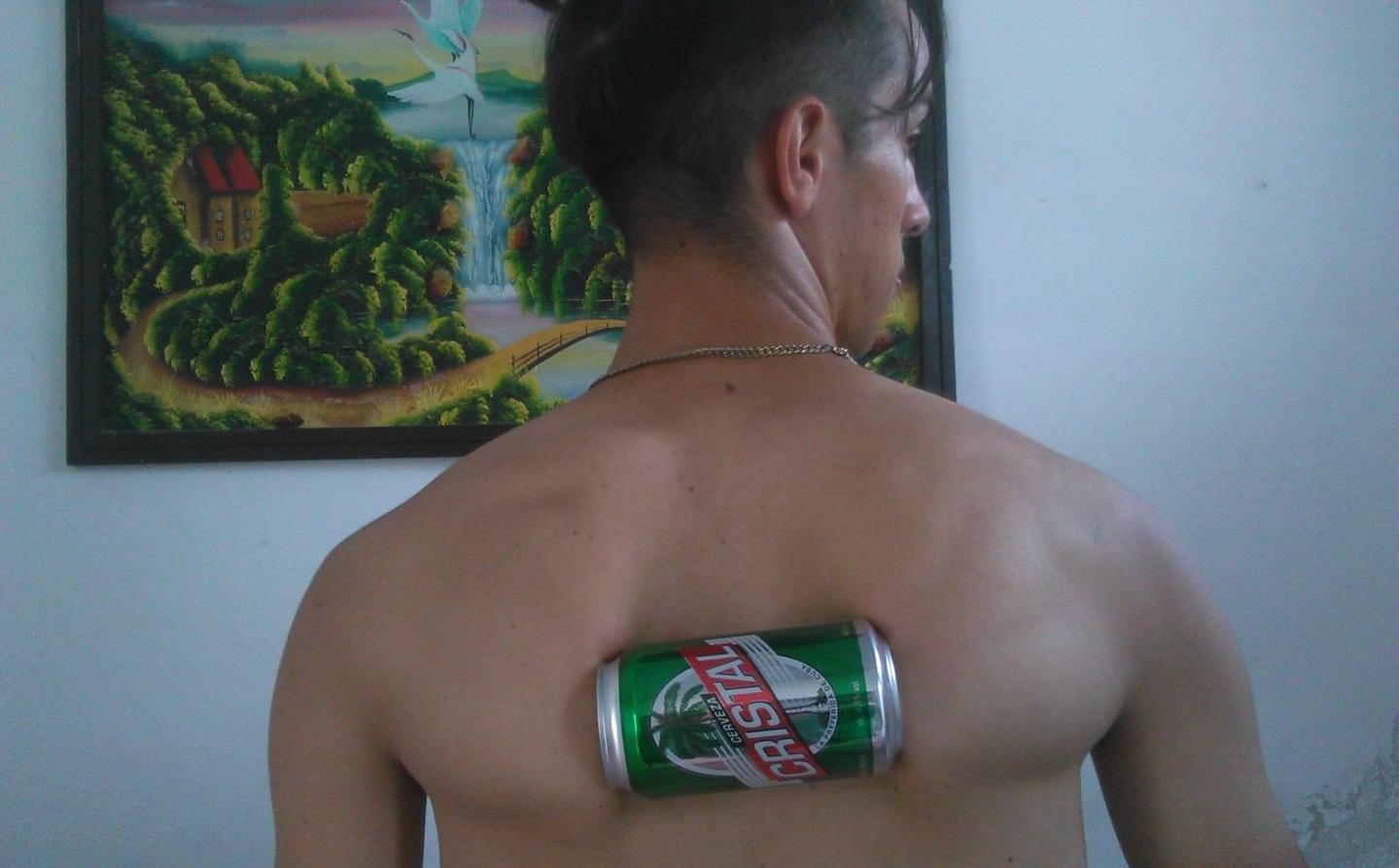 Este joven de Cuba puede aplastar latas de cerveza... ¡con sus omóplatos!