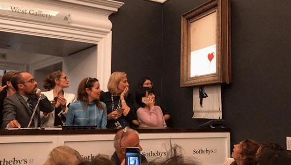 La última obra de Banksy simula destruir su obra en una subasta