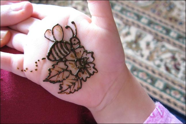 the-bee-and-flower-mehndi-design