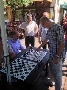 Gospodin Zdenko Jušić prilikom održavanja šahovske simultanke u Gajnicama.