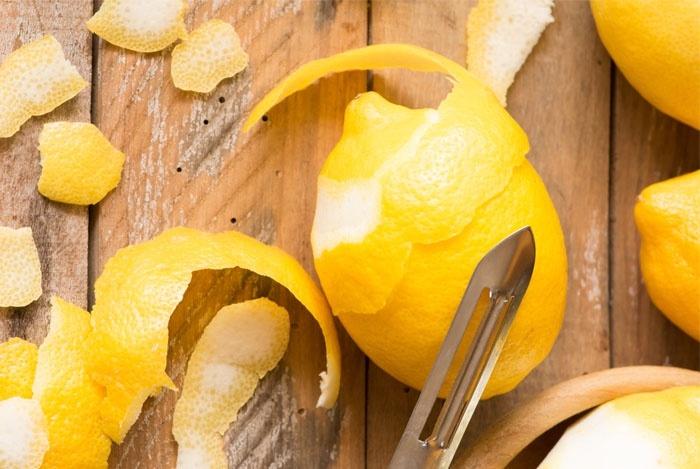 Арналған қабығын лимоннан арнайы пышақпен алыңыз