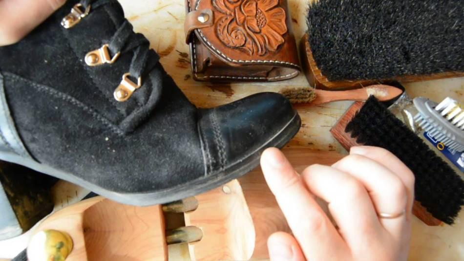 Muối trên giày da lộn