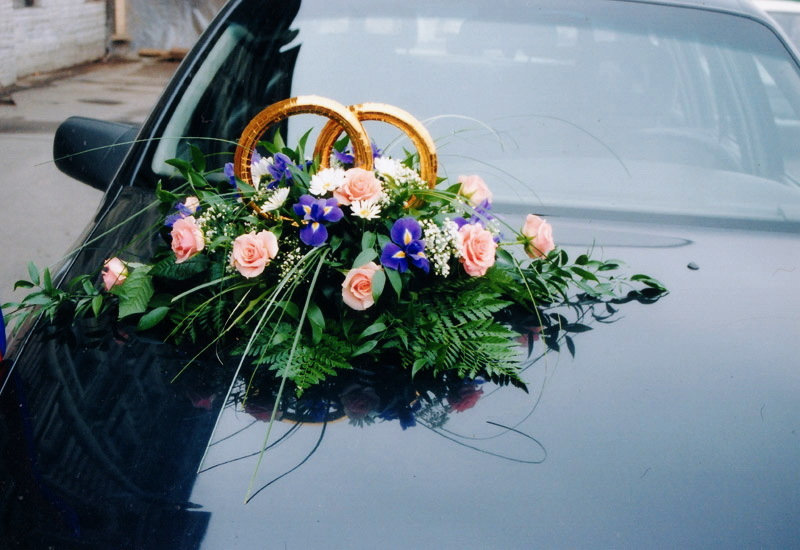 Flowers and bouquets on the wedding machine