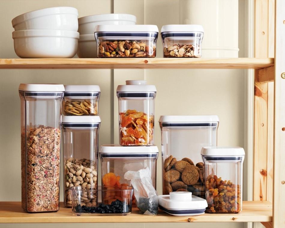 Разные сухофрукты пофасованы в стеклянные контейнеры для хранения на полках кухни