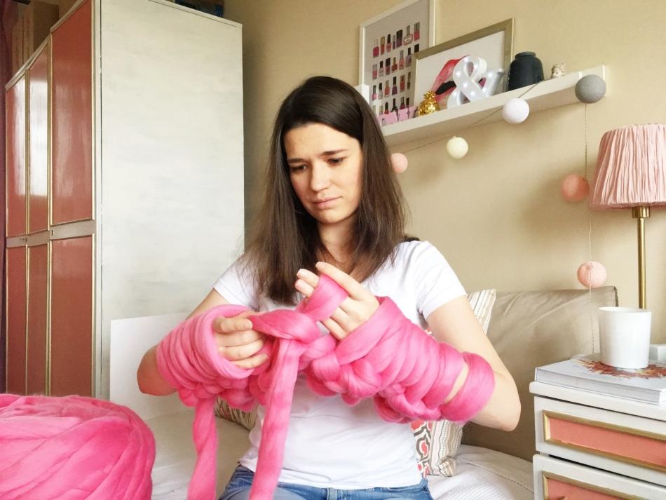 Процесс вязания гигантской пряжей