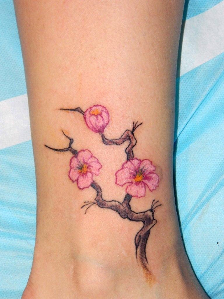 татуировки для девушек на ногах маленькие и большие и их значение