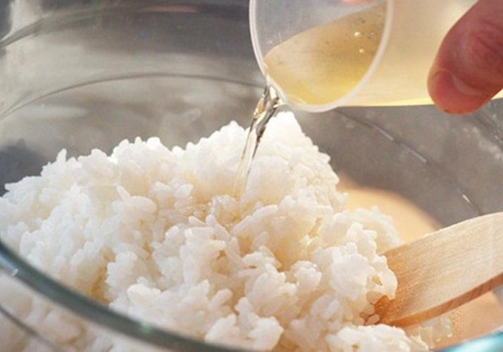 हनी को केवल तरल लेने की जरूरत है। अगर उसने छीन लिया, तो इसे पानी के स्नान में पिघलाएं। नमक और सेब सिरका जोड़ें। हिलाओ और कटोरे पर चावल पेंट करें। अनाज को थोड़ा सा चालू करें ताकि यह marinade के साथ समान रूप से भिगो दिया जा सके। चावल के हल्के शीतलन के बाद खाना पकाने के रोल तैयार किए जा सकते हैं।