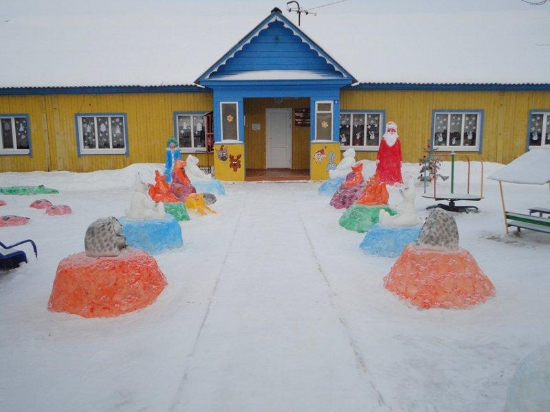 幼儿园附近的彩色的斯诺伊图