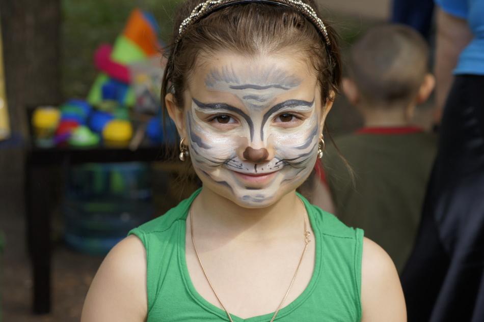 Kitty aksesori bersih adalah busur yang bagus di telinga. Itu dicat dengan pensil hitam atau bayangan, di dalamnya dicat dengan warna merah muda atau gambar pelengkap lainnya.