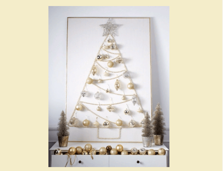 Árbol de Navidad de cuentas en la pared con sus propias manos.