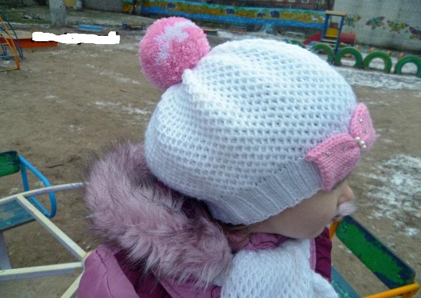 Chapéus de malha de duas cores para uma menina 2-3 anos