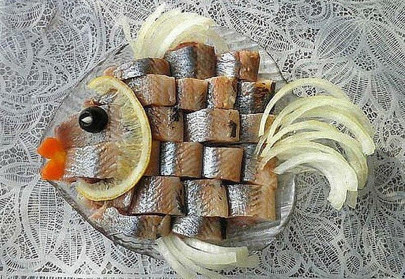 Оригинальное оформление рыбного блюда фигуркой
