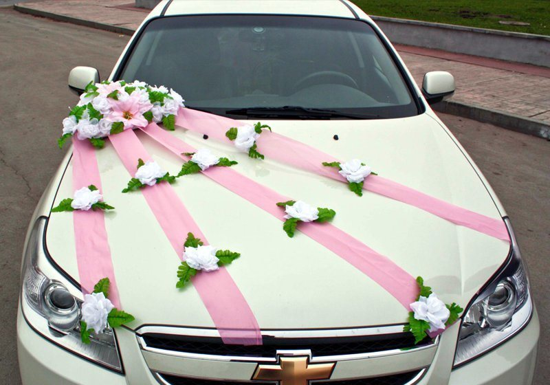 How to decorate the car with air ribbons for a wedding with your own hands?