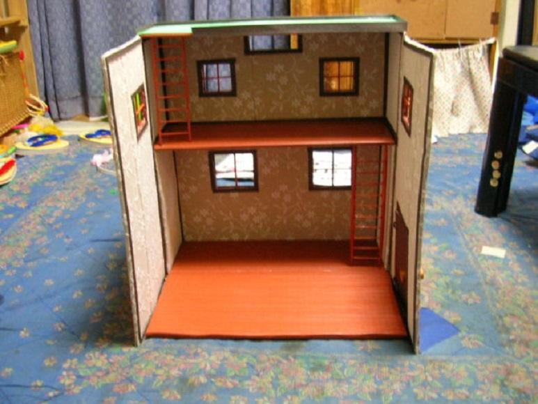 Двухэтажный дом из картона