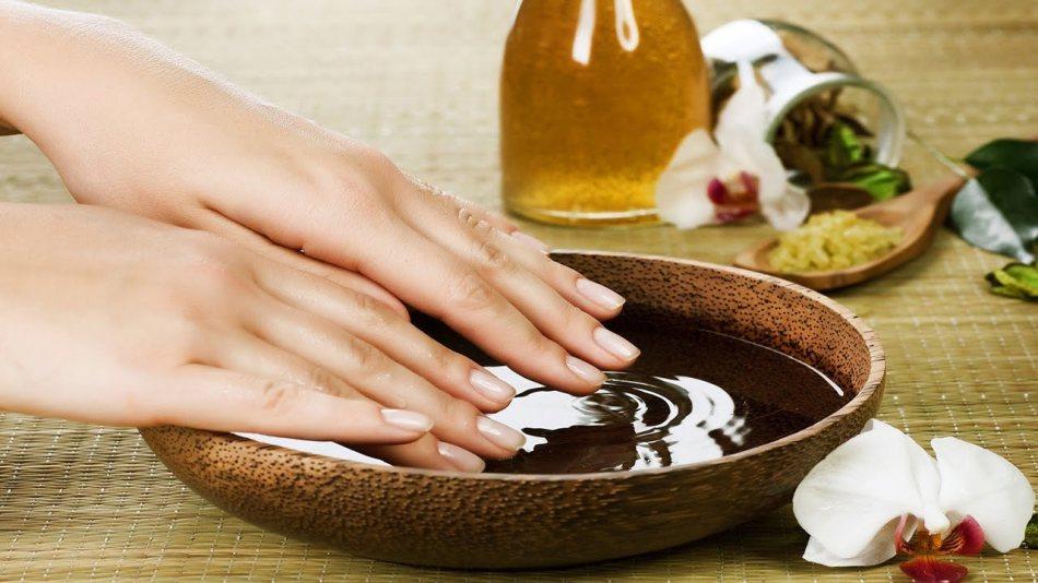허브의 목욕탕은 손톱을 강화하고 즐길 것입니다