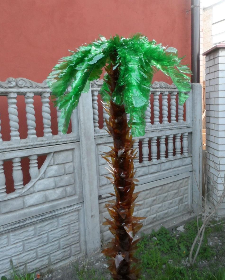 Пальма из пластиковых бутылок со стволом-лепестками
