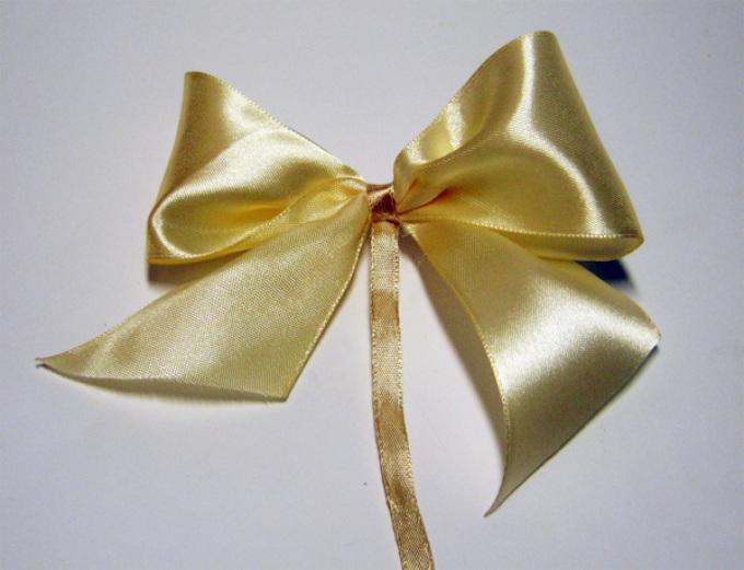 Bagaimana cara membuat busur dari pita lebar?