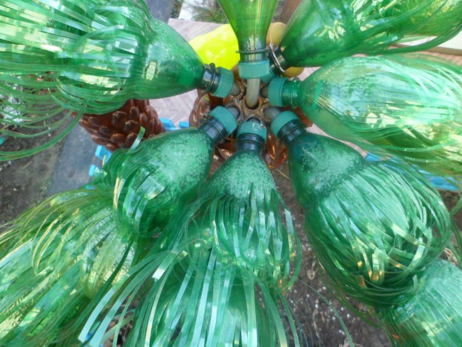 Крепление листьев на пальму из бутылок