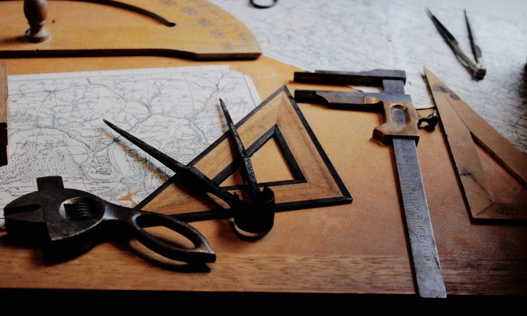 Picture of mapping tools. Assessing Authentic Learning is done through Authentic Tasks. How someone uses the tools and knowledge to perform is crucial to success. Validity of assessment is enhanced when performances are authentic.