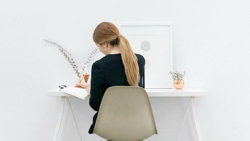 dziewczyna przy biurku - korzyści z blogowania